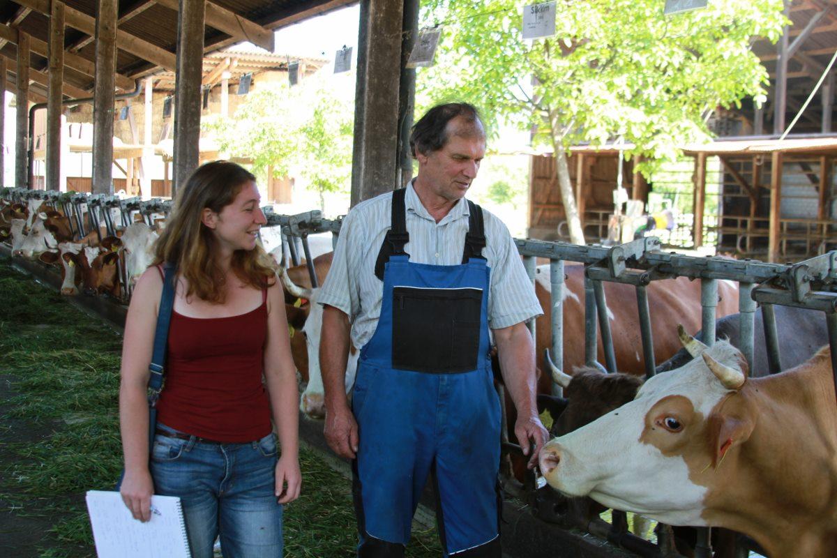 Kaspar Günthardt, hier interviewt durch Livia Baumgartner, legt Wert auf einen engen Kontakt zu seinen Kühen.