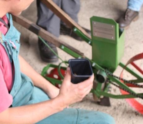 Zwiebelleger für die Vereinfachung des Zwiebelsteckens für kleinere Gemüsebetriebe