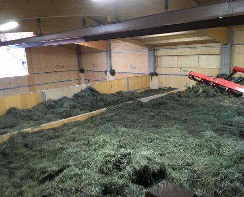 Gut isolierte Heutrocknungshalle aus Vollholz mit Kran – Voraussetzung für den Kornbauernhof, Heumilch arbeits- und energieeffizient zu erzeugen