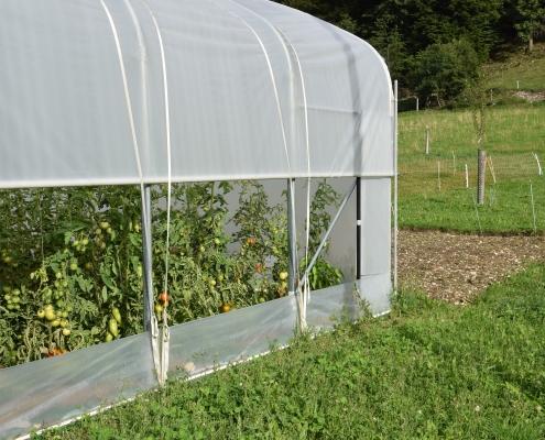Dieser Folientunnel lässt sich mit dem Traktor einfach verschieben und ermöglicht in Kombination mit Hühnermobil und Saukaran den Anbau von Gemüse ohne Zufuhr von Dünger fast das ganze Jahr hindurch