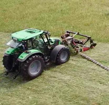Das Front-Doppelmesser-Mähwerk braucht mit 10m Arbeitsbreite nur einen leichten Traktor und schont die Insekten