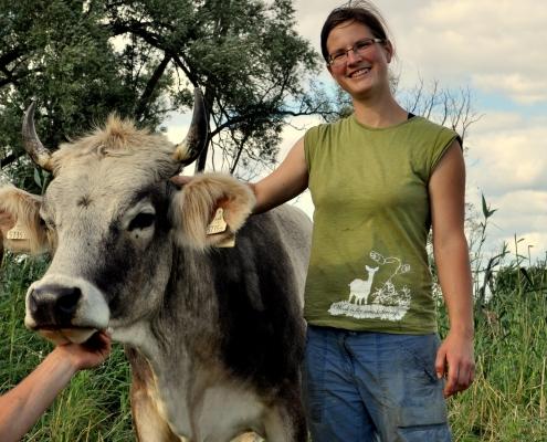 Ein Jungbäuerin berichtet von ihrer Milchviehhaltung im Naturschutzgebiet – engagiert und mutmachend