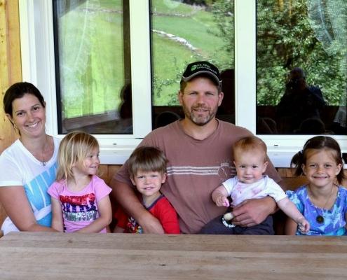 Familie Amstutz-Durrer mit Regula, Marlen, Remy, Nik, Artur und Luise (v. l. n. r.)